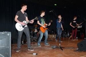 """Verschiedene Bands """"rockten"""" die Aula des Gymnasiums"""